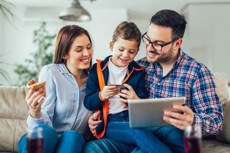 Famille faisant des achats en ligne avec tablette Banque d'images