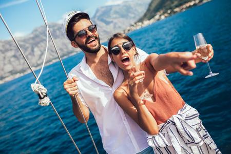 Coppia di innamorati che trascorrono del tempo felice su uno yacht in mare. Vacanza di lusso in barca.