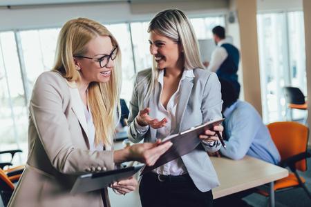 Geschäftsteam von Frauen mit Tablet-PC-Computer im Büro. Selektiver Fokus.
