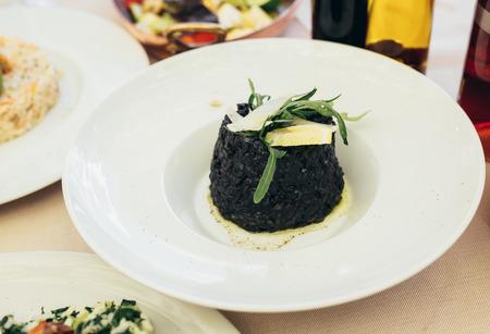 Espinaca vegetariana fresca decorada en un plato en un restaurante