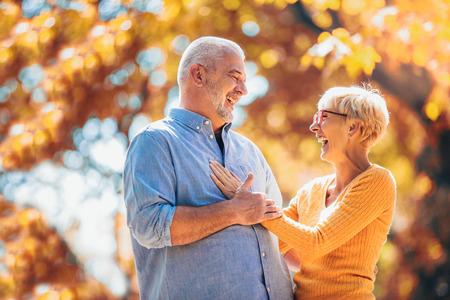Aktive Senioren beim Spaziergang im Herbstwald