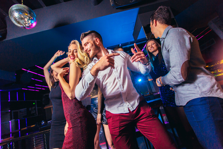 Group of friends partying in a nightclub 스톡 콘텐츠
