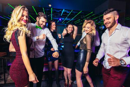 Młodzi ludzie tańczą w nocnym klubie