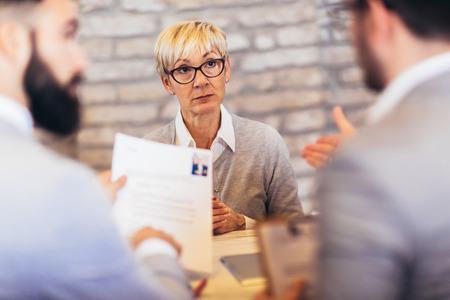 Bewerber mit Vorstellungsgespräch in einem modernen Büro Standard-Bild