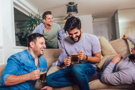 Es war eine tolle Party! Betrunkene Jungs schlafen nach nächtlichen Ereignissen auf dem Boden und dem Sofa in verschiedenen Posen im Wohnzimmer.