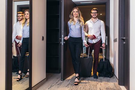 Vacaciones en pareja. Pareja joven entrando juntos en la habitación del hotel Foto de archivo