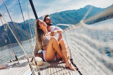 Liebespaar, das glückliche Zeit auf einer Yacht auf See verbringt. Luxusurlaub auf einem Seeboot.