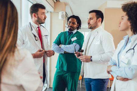 Zespół medyczny dyskutujący w biurze.