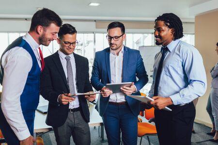 Młody i odnoszący sukcesy zespół biznesowy w biurze. Selektywne skupienie. Zdjęcie Seryjne