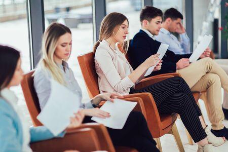 Foto de candidatos esperando una entrevista de trabajo.