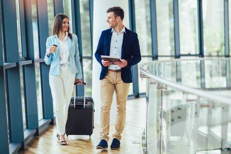 Las mujeres empresarias sostienen el equipaje del viaje al viaje de negocios.