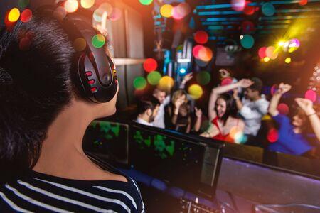 Gruppo di amici che fanno festa in una discoteca