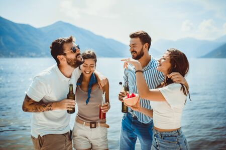 Friends at the beach drinking cocktails having fun on summer vacation 版權商用圖片 - 129739709