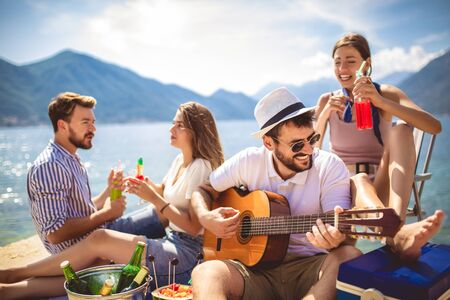 Young people having fun on summer vacation.Happy friends drinking tropical cocktails on the beach. 版權商用圖片