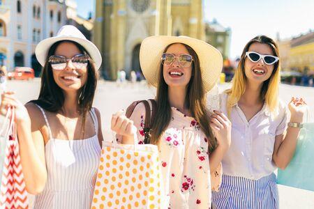 Gruppe schöner Frauen, die zusammen lächeln und Spaß haben Standard-Bild