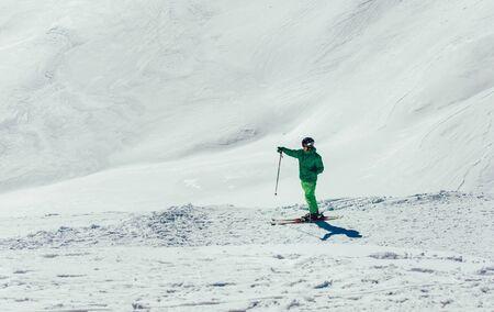 Junger Athlet Freestyle Skier hat Spaß beim Downhill in schöner Landschaft an einem sonnigen Tag während der Wintersaison winter
