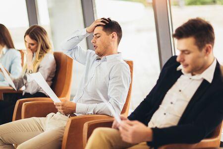 Photo de candidats en attente d'un entretien d'embauche.