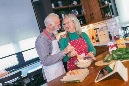 Senior couple preparing food in the kitchen. Foto de archivo - 138047577