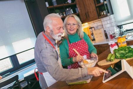 Senior couple preparing food in the kitchen. Foto de archivo - 138047385