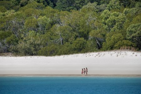 whitehaven: Three Girls wlking in Whitehaven Beach in the Whitsunday Islands