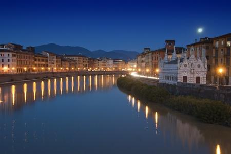pisa: Nacht uitzicht op Lungarni in Pisa, Italië