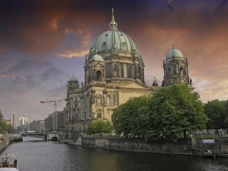 Sky Colors přes Berliner Dom, Německo