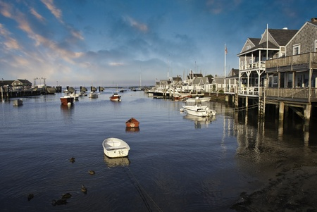 cape cod style: Huizen op water in Nantucket bij zonsondergang, Massachusetts, USA Redactioneel