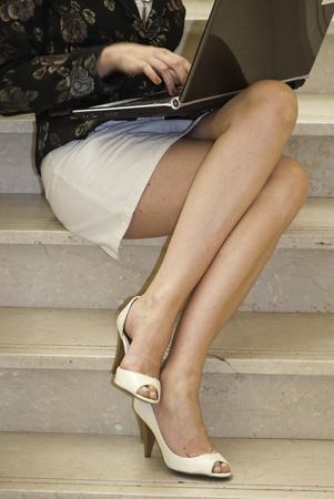 sexy beine: Die Beine einer Business-Frau, mit ihr Notebook, Frankreich