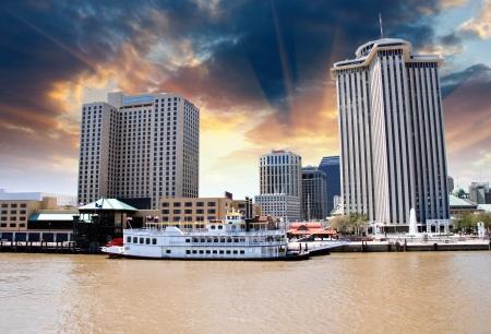 Západ slunce nad New Orleans s Mississippi River, Louisiana