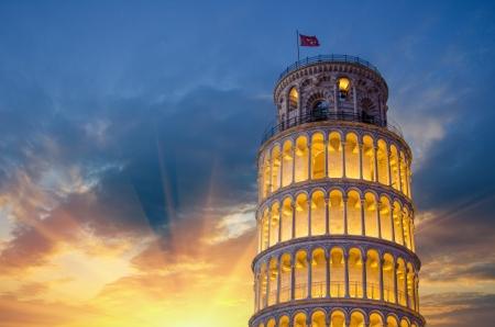 pisa: Scheve Toren van Pisa 's avonds verlicht, Italië