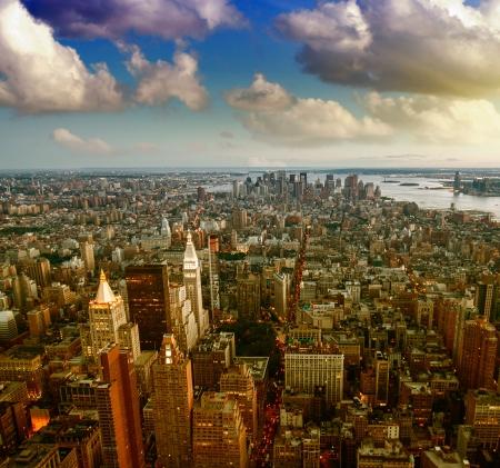 Groupe des gratte-ciel au coucher du soleil, à New York