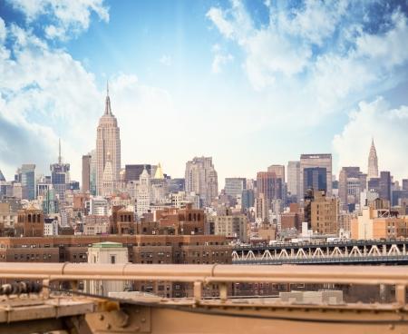 NEW YORK - Le 12 mars Empire State Building et Chrysler briller dans l'après-midi le 12 Mars 2010 à New York, USA L'Empire State Building est un point de repère 102 étages et icône culturelle américaine Éditoriale