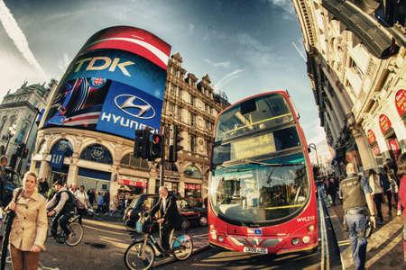 LONDRES - 28 septembre classique Routemaster double decker bus accélère à Piccadilly, Septembre 28, 2012, à Londres de 1958 à 1968 et toujours utilisé dans certains itinéraires, le traditionnel rouge Routemaster est devenue une caractéristique célèbre de Londres Éditoriale