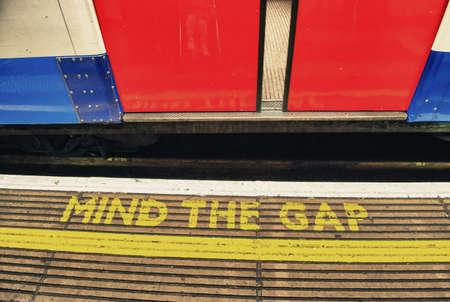 Attention à l'écart, mettant en garde dans le métro de Londres - Royaume-Uni Banque d'images