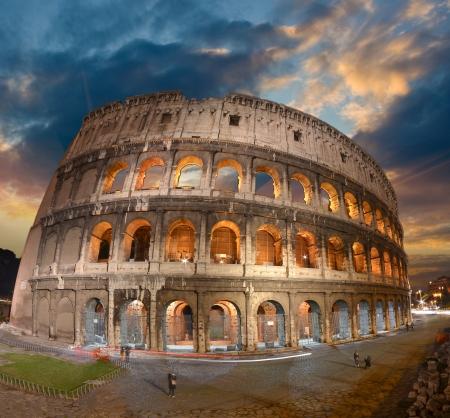 Magnifique vue sur Colisée dans toute sa magnificience - Autumn sunset à Rome - Italie