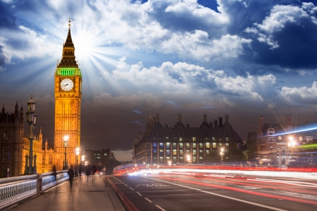 Belles couleurs de Big Ben de Westminster Bridge au soleil couchant - Londres.
