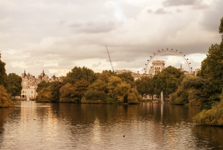 st jamess: St. Jamess Park in Westminster on a cloudy autumn day - London - UK