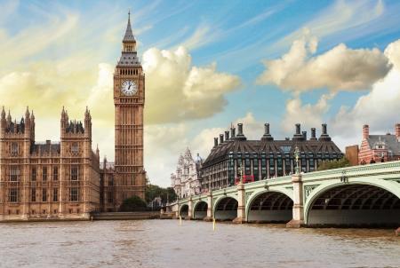 El Big Ben, las Casas del Parlamento y el puente de Westminster en Londres.