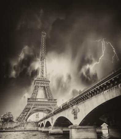 Storm nad Eiffelovy věže v Paříži.