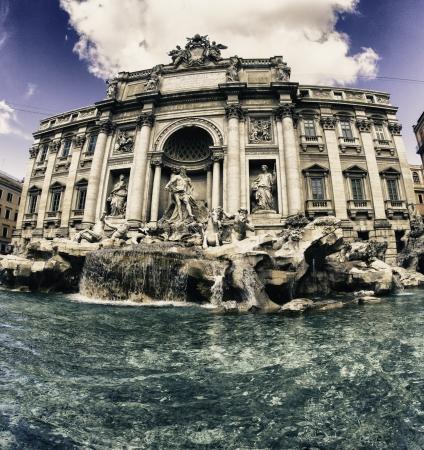 rome italie: Couleurs de la fontaine de Trevi � Rome, Italie Banque d'images