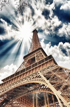 la tour eiffel: Wonderful sky colors above Eiffel Tower. La Tour Eiffel in Paris.