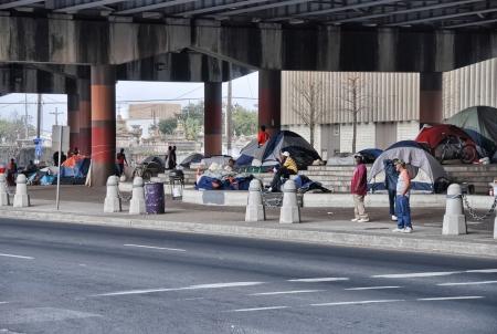 vagabundos: NEW ORLEANS - MAR 24 personas sin hogar se preparan para pasar la noche debajo de un puente, 24 de marzo de 2009 en Nueva Orleans 200 personas sin hogar viven en el complejo de tiendas de campa�a y refugios improvisados Editorial