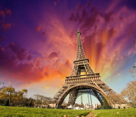 Magnifique vue sur la Tour Eiffel à Paris. La Tour Eiffel à ciel coucher de soleil et de prairies.