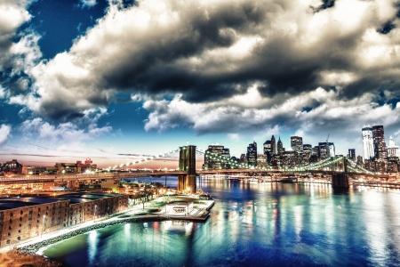 Incroyable paysage urbain de New York - Gratte-ciel et Brooklyn Bridge au coucher du soleil - USA Banque d'images