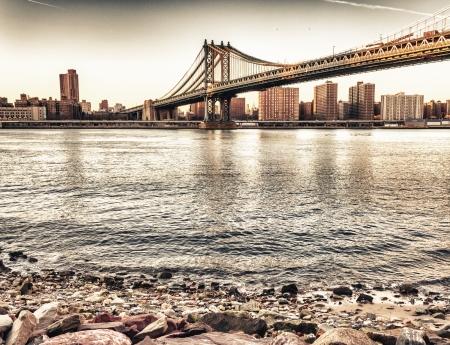 Couleurs du soleil couchant magnifique sur New York Cityscape et Brooklyn Bridge