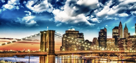 Erstaunlich New York Cityscape - Wolkenkratzer und Brooklyn Bridge at sunset - USA