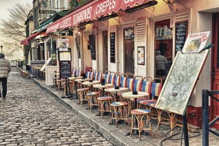 PAŘÍŽ - 2.prosince Turisté v krásném ulicích Montmartre, 2. prosince 2012 v Paříži více než 40 milionů lidí navštívit město každý rok Redakční