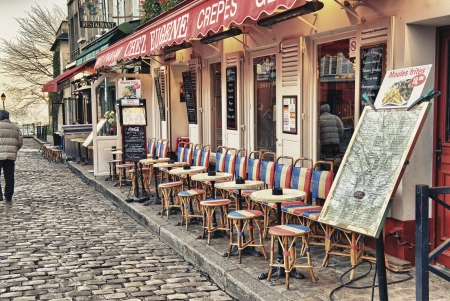 PARIS - le 2 décembre touristes dans les belles rues de Montmartre, 2 Décembre 2012, à Paris, plus de 40 millions de personnes visitent la ville chaque année Éditoriale