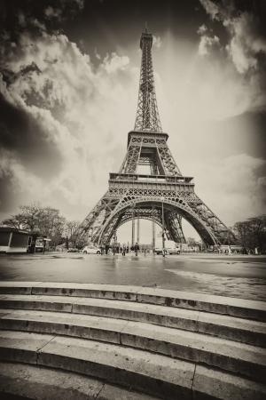Paris. Tour Eiffel avec des escaliers à la Seine. Vue en noir et blanc.
