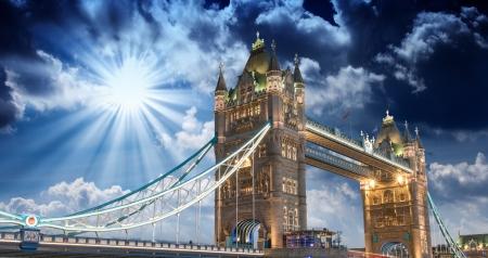 Tower Bridge při západu slunce, v Londýně.
